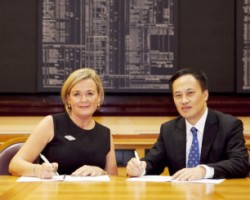 Deirdre Somers, CEO of ISE with Dr Que Bo, VP of Shanghai Stock Exchange